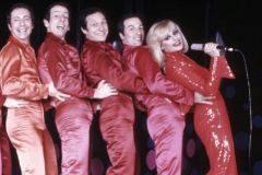 Raffaella Carrà junto a varios bailarines, en Italia, en 1971.