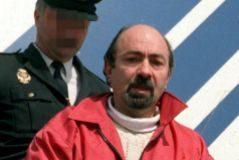 El etarra Rafael Caride Simón, trasladado por un agente de la Policía Nacional.