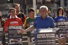Joseba Azkarraga durante la presentación de la manifestación por los presos.