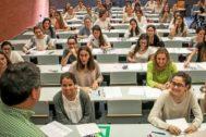 Decenas de alumnas se presentan a la prueba de la PAU en un aula de la Universitat de València.