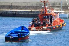 Salvamento Marítimo llega al puerto de Tarifa (Cádiz) tras rescatar a setenta inmigrantes en aguas del estrecho de Gibraltar el pasado año.