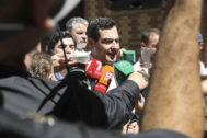 Juanma Moreno atiende a los medios durante las elecciones municipales de 2019.