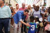 Juanma Moreno atiende a los medios en la Calle Larios este jueves durante la Feria de Málaga.