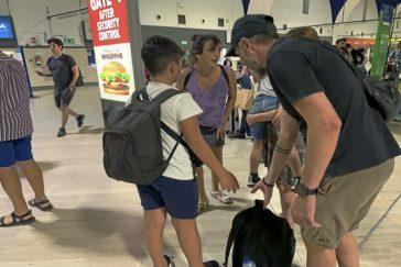 Juana Rivas, en el aeropuerto de Sevilla, antes de partir hacia Italia con sus hijos.