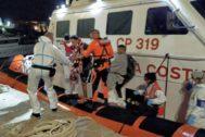 Cuatro inmigrantes a bordo del barco del Open Arms desembarcan para recibir tratamiento médico en Lampedusa.