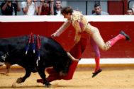 Estocada de Juan Leal al cuarto toro de Torrealta ayer en Illumbe.