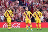Los jugadores del Barcelona, tras la derrota.