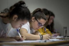 Alumnas durante una prueba de Selectividad.