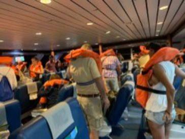 Los pasajeros del fast ferry, con los chalecos salvavidas durante el desalojo.