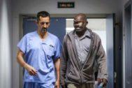 El doctor Cavadas junto a un paciente al que extirpó un tumor gigante que le deformaba la cara.