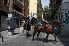 Dos agentes de la Policía Nacional patrullan a caballo por Chueca.