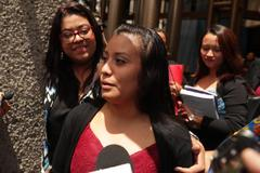 Evelyn Hernández habla con la prensa tras una sesión del juicio.