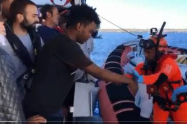 Uno de los menores, ayudado a desembarcar