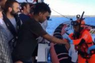 Uno de los menores es ayudado a desembarcar. | OPEN ARMS