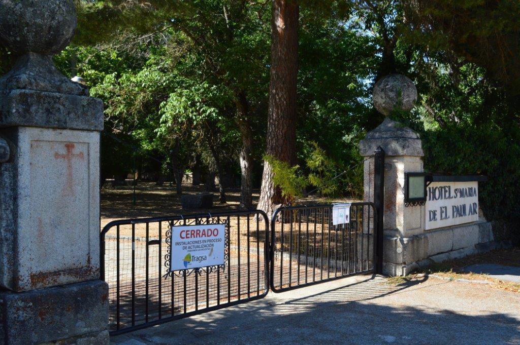Un cartel indica que el hotel de El Paular, en Rascafría, permanece cerrado desde hace cinco años.