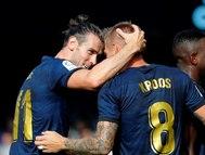 GRAF7378. VIGO.- Los jugadores del Real Madrid Gareth <HIT>Bale</HIT> (i) y Toni Kroos (d) celebran el segundo gol del partido de Toni Kroos ante el Celta de Vigo, durante el partido correspondiente a la primera jornada de LaLiga Santander, disputado en el estadio de Balaídos, en Vigo.