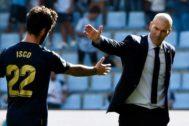 Zidane felicita a Isco, este sábado.