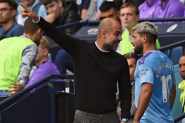 Manchester City&apos;s Argentinian striker Sergio <HIT>Aguero</HIT> (R)...