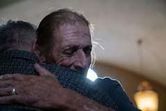 El multitudinario  abrazo a un viudo de El Paso