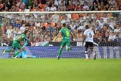 Oyarzabal celebra el tanto conseguido de penalti y que dio un empate en Mestalla.