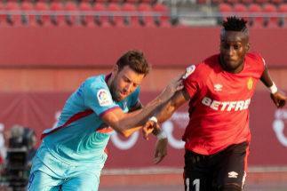 GRAF7545. PALMA DE MALLORCA.- El delantero marfileño del RCD Mallorca <HIT>Lago</HIT> <HIT>Junior</HIT> (d) disputa un balón con el delantero español del SD Eibar Sergio Enrich, durante el partido entre ambos equipos correspondiente a la primera jornada de LaLiga que se ha disputado este sábado en el estadio mallorquín de Son Moix.