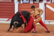 Morante de la Puebla, doblándose con el cuarto toro de José Vázquez en el inicio de faena.