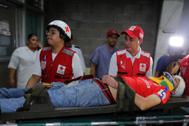 Un aficionado herido en los disturbios en Tegucigalpa es conducido al hospital.