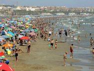 Cientos de personas disfrutan de las buenas temperaturas en la playa de la Malva-rosa de Valencia.