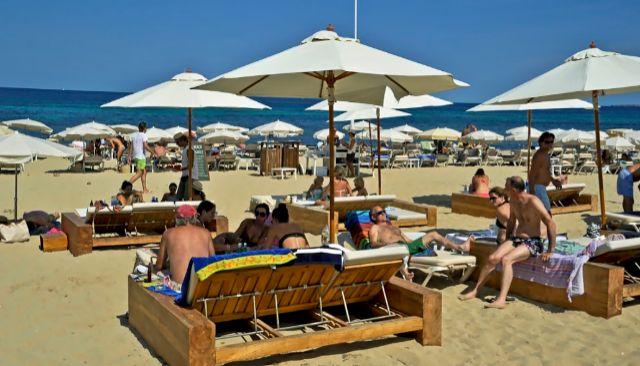 Un grupo de turistas disfruta de una playa en Ibiza.