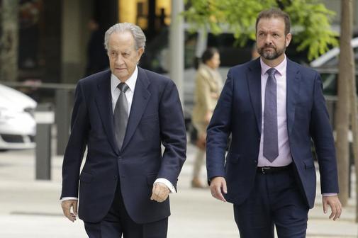 El empresario Juan Miguel Villar Mir (izqda.), a su llegada a la...