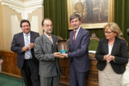 Rafa Lloret, recibiendo una distinción del Ayuntamiento de Castellón.
