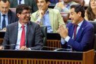 Juan Marín y Juanma Moreno durante la votación de los nuevos presupuestos andaluces en el Parlamento.
