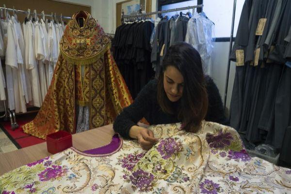 Trabajo de vestuario en Cinecittà para 'The New Pope'