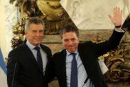 Nicolás Dujovne (dcha.) fue nombrado ministro Hacienda por Macri (izda.) en 2017. El sábado presentó su dimisión.