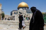 Un hombre pasea por la Ciudad Vieja de Jerusalén.