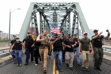Miembros de los Proud Boys marchan en Portland, Oregón.