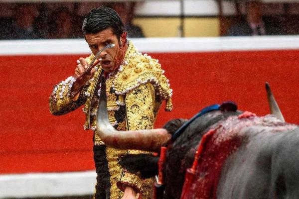 Emilio de Justo, ya herido, se perfila para matar al tercer victorino.