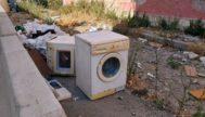 Imágenes tomadas por los residentes de Corea sobre la basura y toda clase de desechos que alberga el perímetro del ruinoso bloque VIII de propiedad municipal y pendiente de derribo desde        el pasado invierno.