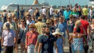 Numerosos turistas procedentes de los cruceros caminan por las inmediaciones del Parc del Mar, este sábado pasado en Palma. CATI CLADERA / EFE