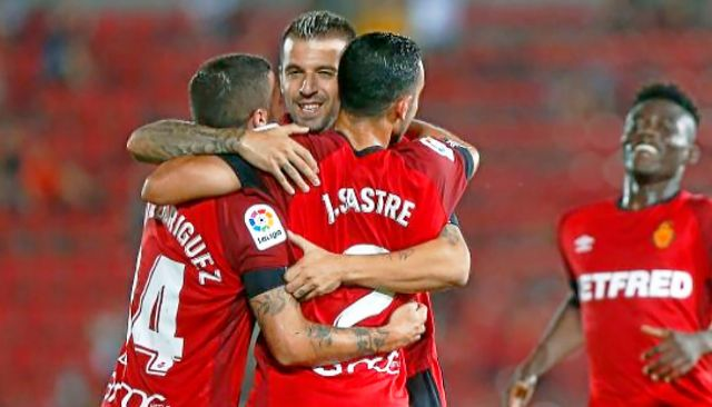 Aleksandar Trajkovski se abraza con Joan Sastre y Dani Rodríguez tras el 2-1 del Mallorca.