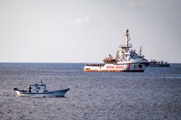 El 'Open Arms', fondeado frente a las costas de Lampedusa.