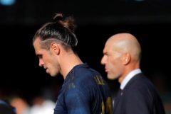 GRAF7396. VIGO.- El jugador del Real Madrid Gareth <HIT>Bale</HIT> (i) y su entrenador Zidenine Zidane (d) en el partido ante el Celta de Vigo, correspondiente a la primera jornada de LaLiga Santander, disputado en el estadio de Balaídos, en Vigo.