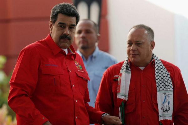 El presidente de Venezuela Nicolás Maduro junto a Diosdado Cabello,...