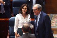 El portavoz del PSOE en la Asamblea de Madrid, Ángel Gabilondo, felicita a la presidenta de la Comunidad de Madrid, la popular Isabel Díaz Ayuso,