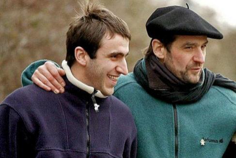 Egoitz Urrutikoetxea con su padre 'Josu Ternera', tras salir éste de prisión en 2000.