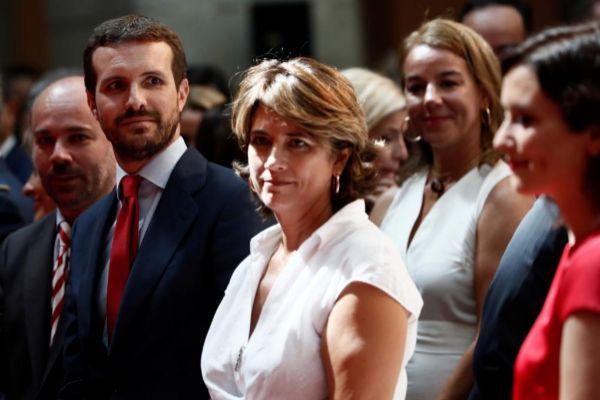 Pablo Casado, junto a la ministra de Justicia en funciones, Dolores...