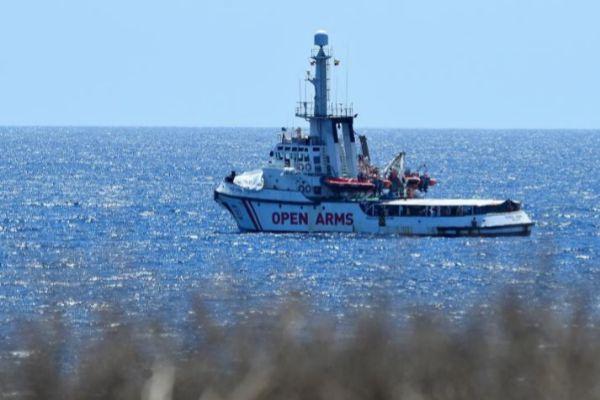 El Open Arms, en la costa de Lampedusa.