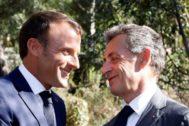 El presidente francés, Emmanuel Macron (izquierda), saluda a Nicolas Sarkozy en la ceremonia del 75 aniversario del desembarco en Provenza.
