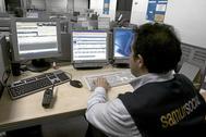 Trabajador  en la sede  de Samur Social en Madrid