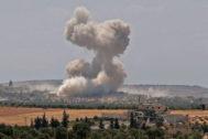 El humo se alza sobre los edificios durante el ataque aéreo reportado del régimen sirio y Rusia de este lunes, en Jan Sheijun, al norte de Siria.